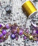 Fil et bijoux de couture de bobine Photographie stock libre de droits