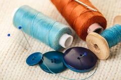 Fil et boutons colorés Photos stock