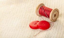 Fil et boutons colorés Photo libre de droits