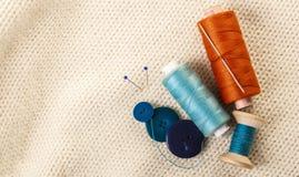 Fil et boutons colorés Image stock