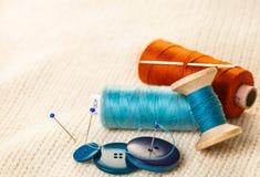 Fil et boutons colorés Photographie stock