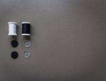 fil et boutons de couture Image stock