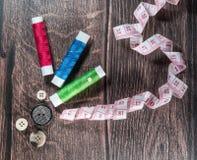 Fil et boutons, outils pour le tailleur Images libres de droits