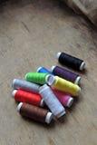 Fil et ciseaux colorés Photos libres de droits