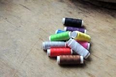Fil et ciseaux colorés Images stock