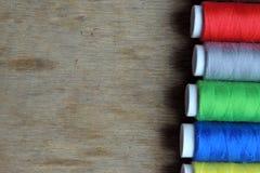 Fil et ciseaux colorés Photos stock