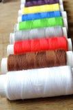 Fil et ciseaux colorés Photo stock