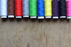 Fil et ciseaux colorés Images libres de droits
