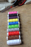 Fil et ciseaux colorés Photographie stock
