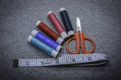 Fil et ciseaux de couture Images libres de droits
