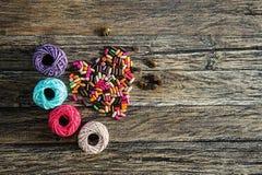 Fil et perles colorés sous forme de coeur Images stock