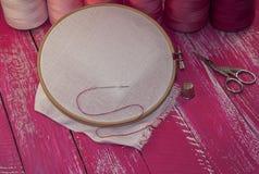 Fil et tissu dans le cadre de broderie en bois pour la couture Images libres de droits