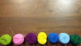Fil, fond, couture, laine, objet, vert, fil, pourpre, métier, lumineux, arc-en-ciel, coton, textile, couleur, jaune, en bois, Photographie stock
