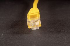 Fil jaune de LAN sur le fond blanc photo libre de droits