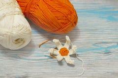 Fil jaune et orange de coton pour tricoter, crochet Le début de la fleur lumineuse Travail fait main de métier de crochet origina Photographie stock
