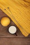 Fil jaune et un chandail tricoté Images libres de droits