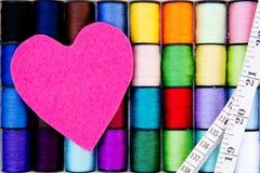 - Fil - le coton de couture tournoie avec le coeur et le ruban métrique de feutre Photos libres de droits