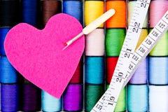 - Fil - le coton de couture tournoie avec le coeur, l'unpicker et le ruban métrique de feutre Photos libres de droits