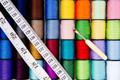 - Fil - le coton de couture tournoie avec le ruban métrique et l'unpicker Images libres de droits