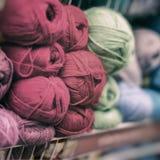 Fil mou et pelucheux pour le passe-temps aimé Stock de marchandises pour la créativité et la couture, vente au détail Image stock