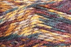 Fil multicolore pour le tricotage Images stock