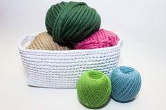 Fil multicolore se situant dans un panier blanc, crochet Photographie stock