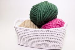Fil multicolore se situant dans un panier blanc, crochet Image libre de droits