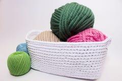 Fil multicolore se situant dans un panier blanc, crochet Photographie stock libre de droits