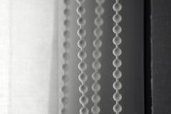 fil noir et blanc de photo avec des boules pour s'ouvrir fermant les volets Images libres de droits