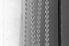 fil noir et blanc de photo avec des boules pour s'ouvrir fermant les volets Photographie stock