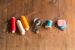 Fil, Pin et aiguilles, ruban métrique, dé et craie Photographie stock