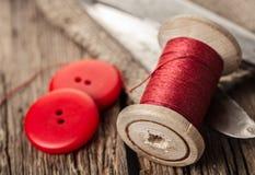 Fil rouge avec des boutons et des ciseaux Photo libre de droits