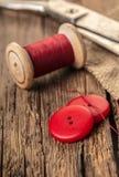 Fil rouge avec des boutons et des ciseaux Photos libres de droits
