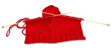 Fil rouge et rais de tricotage d'isolement sur le blanc Photographie stock libre de droits