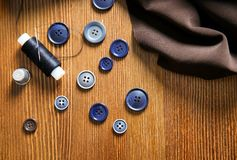Fil, tissu et boutons pour la mise sur pied Photo stock