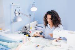 Fil tournoyant de tailleur caucasien de femme sur le lieu de travail Photographie stock