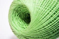 Fil vert pour tricoter sur le fond blanc Photographie stock