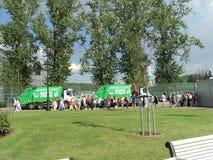 A fila à unidade de armazenamento antes do jogo de futebol fotos de stock royalty free