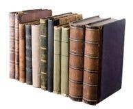 Fila aislada con los libros viejos fotos de archivo