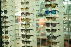 Fila apilada vidrios de la moda del sol de las gafas de sol Fotos de archivo