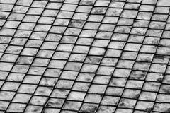 Fila baja de las tejas de piedra grises que resisten a la corrosión que repite diseño del fondo de la fila imágenes de archivo libres de regalías