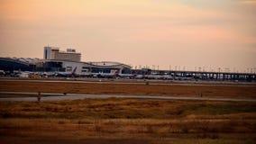 Fila de aeroplanos en un terminal de aeropuerto imagen de archivo libre de regalías