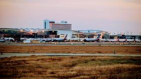 Fila de aeroplanos en un terminal de aeropuerto imágenes de archivo libres de regalías