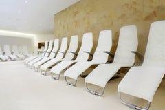 Fila de asientos cómodos en el sitio para esperar. Fotografía de archivo