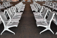 Fila de asientos en terminal del transporte Fotos de archivo libres de regalías