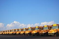 Fila de autobuses escolares Imagen de archivo libre de regalías