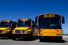 Fila de autobuses escolares a estrenar en una representación foto de archivo libre de regalías