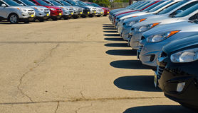 Fila de automóviles en una porción del coche Fotografía de archivo
