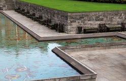 Fila de bancos cerca del agua, jardín de la conmemoración, Parnell Square, Dublín, Irlanda, caída, 2014 Imagen de archivo
