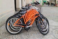 Fila de bicicletas anaranjadas idénticas Foto de archivo libre de regalías